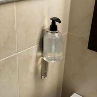 Soporte universal de dispensadores de gel hidroalcohólico y jabones.